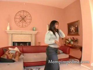 Geil zwart lesbo milf spelen met een speelbal in haar poesje