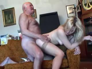 Velho avô fucks jovem loira