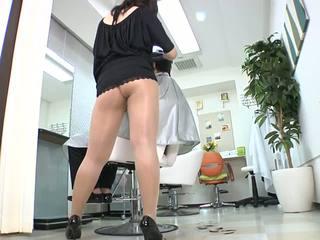 Reiko nakamori เซ็กซี่ barber ใน ถุงน่องแบบมีสายรัด
