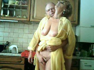 Vecmāmiņa & hubby būt jautrība uz the virtuve