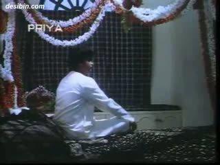 Desi suhaag raat masala video ein heiß masala video featuring guy unpacking seine ehefrau auf erste nacht