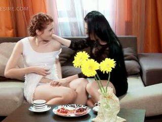 Laba lesbiete rubbing viņai gfs noskūtas vāvere