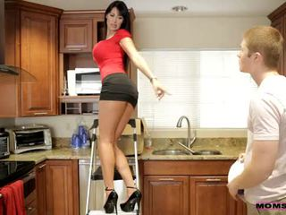 Мами вчити секс - її boyfriend jizzed на її мами цицьки