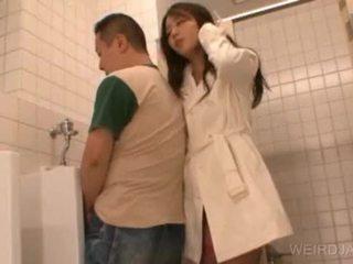 Bitchy ázsiai tini gives leszopás -ban nyilvános