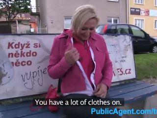 Publicagent curto haired loira fuckes para um parte em um fake filme