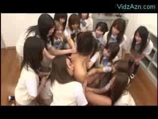 Guy getting sucked kissed por muitos modelos em o classe quarto