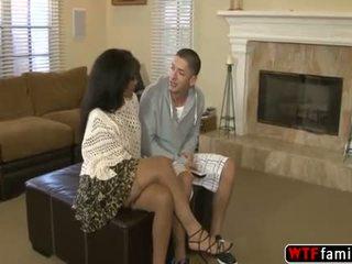 Máma jsem rád šoustat seduces a mladý dude a grabs jeho těžký kohout dej to a dobrý souložit