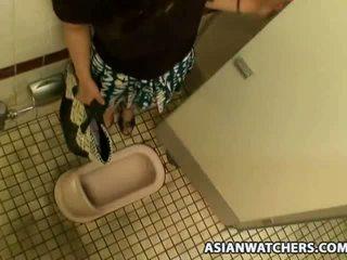 Asiática aluna masturbates em dela schools casa de banho