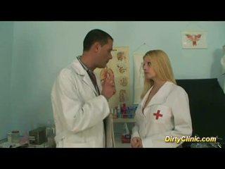 Karstās krūtainas blondīne medmāsa rides dzimumloceklis tāpat trakas