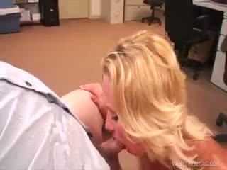 Jc simpson sucks een vet rod in de kantoor