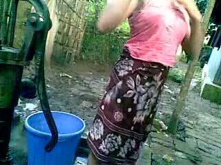 Bangladeshi - deshi chica bañándose al aire libre y recording