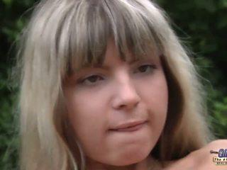 Mladý blondýnka anální injected podle an starý gardner