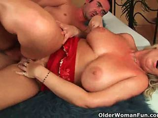 Ouder vrouw met natuurlijk groot tieten gets geneukt