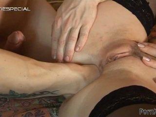 Blondine teef takes een fist in haar bips hole