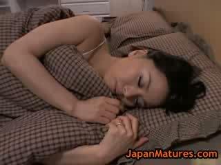 Äldre stor mes miki sato masturberar på säng 8 av japanmatures