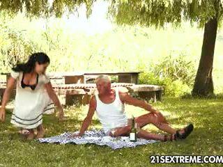 Tiener cutie s kinky picnic met een grootvader