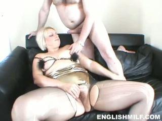Kuuma ja seksikäs blondi milf perseestä sisään seksikäs musta panythose