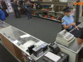 Prsnaté polícia dôstojník pawns ju stuff a nailed na zarobiť hotovosť