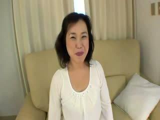 Stary orientalne prostytutka gets felled w górę na the kanapa