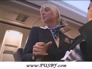 Sexy stewardess gives afrukken