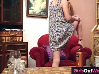 Charming amatieri meitene spēļmantas viņai matainas cunt