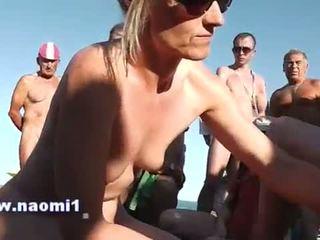 Punhetas broche público praia