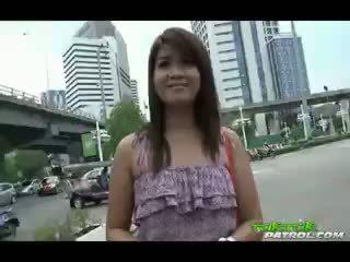 Schattig thai meisje geneukt in haar nauw nat poesje door male