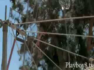 Wild naakt dolls enjoys bungy jumping gewoon zoals een echt gymnasts
