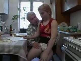 Sb3 тя knows какво към очаквам когато дядо gives тя а