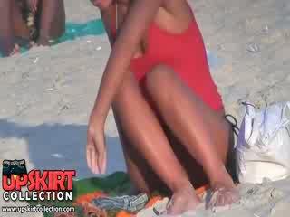 Guy spied den ganska bra shaped kropp av lång legged bimboen i den het micro bikinin