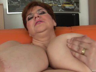 Vet mam maura shows af haar reus titties