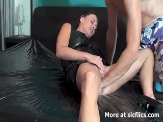 Fisting den hustru till hon gushes torrents av piss