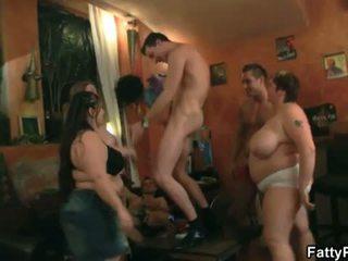 Graso pub: caliente grupo acción con delgada dudes y grande mujeres