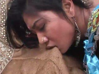 Indický coura rides a kohout hluboký v ji chlupatý píča