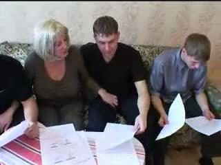 Mamá y tres sons caliente familia sexo orgía