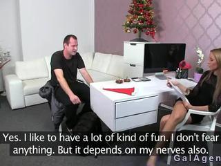 Female agent gets cumshot op haar been van guy op casting