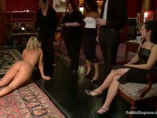 Slutty sex sklave receives ein öffentlich punishment