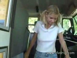 Палав ученичка мъглив parks е така възбуден тя melts когато schoolbus driver massages тя малък гърди и shows тя негов чеп към начало смучене то