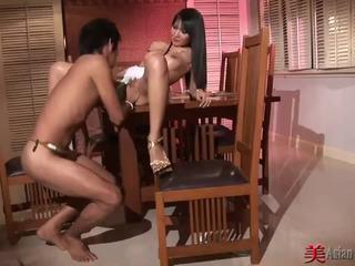 الآسيوية وقحة مع كبير الثدي sucks و fucks