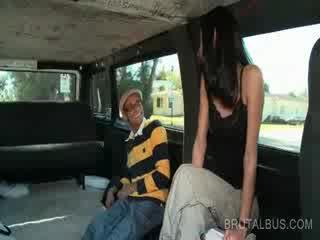 Balingkinitan buhok na kulay kape baguhan pagsakay ang bus para a masidhi magkantot
