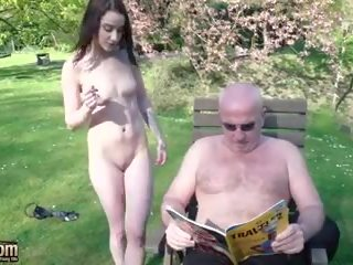 Oude man en jonge tieners