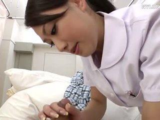 Geta infermiere në e bardhë çorape të gjata