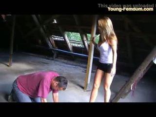 2 jong amateur meisjes in hakken dominate man in ruine
