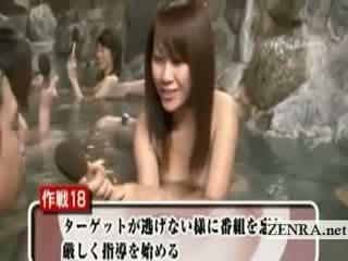 Timide nu japonais écolière dehors bain entretien
