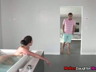 Hijo gets busted spying en su madrastra