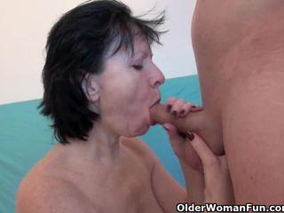 Wanton grootmoeder is echt enjoying zijn neuken stok