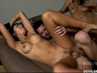 номинално брюнетка идеален, групов секс горещ, идеален целуване качество