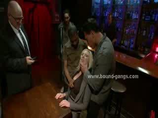 Блонди принудителен към майната бар mates в дълбоко груб уста майната и група анално секс