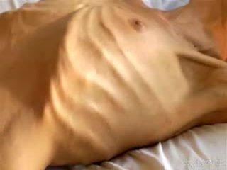 Dīvainas amatieri vājas bony skaistule shows no viņai mazas anorexic ķermenis