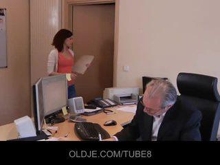 Млад неприятен assistant чукане тя стар шеф